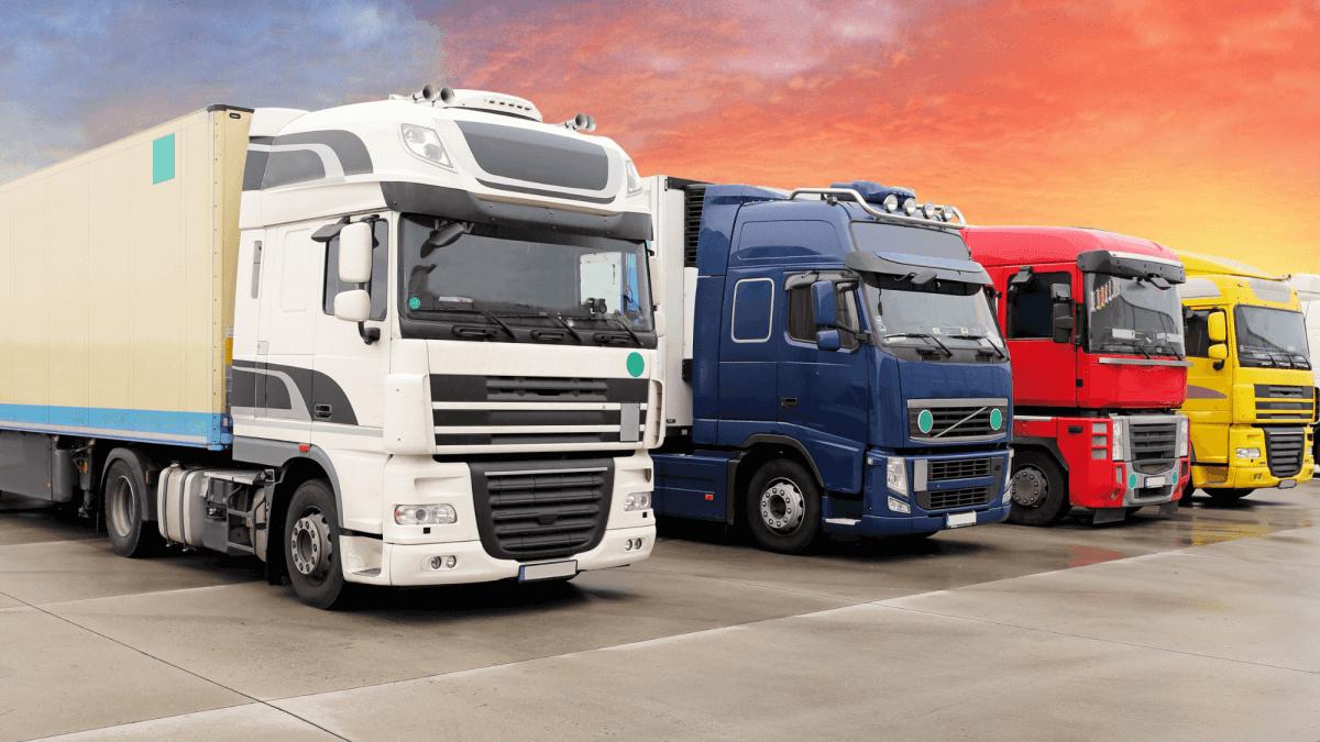 Ciężarówki ustawione w rzędzie
